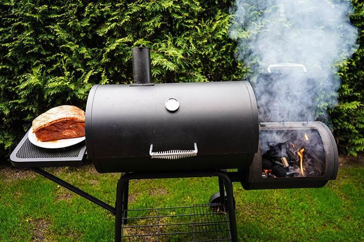 BBQ-Smoker-Grill-im-Garten
