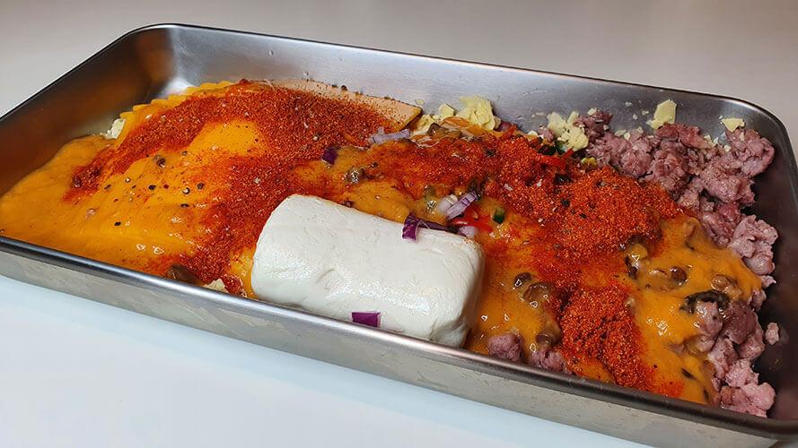 Nacho-Käse-Dip-Zutaten-vermengt
